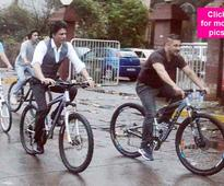 These pictures of Salman and Shah Rukh cycling on the streets are giving us major Jo Jeeta Wohi Sikandar feels!