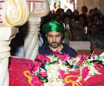 Snapshot: Emraan Hashmi prays at Haji Ali for the success of 'Ek Thi Daayan'