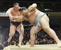 Kisenosato, Hakuho both lose on day of shocks