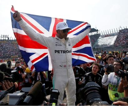 Hamilton collides but wins fourth title