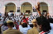 Lakhs pay homage to Jayalalithaa