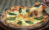 Pilot of Delayed Flight Gets Pizza for Passengers Delivered to Plane