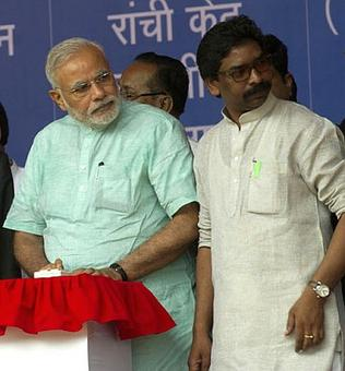 Now it's Jharkhand CM's turn to be embarrassed in Modi's presence