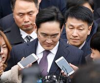 Samsung Group leader Lee appears for hearing on arrest warrant