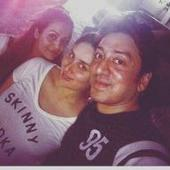 Mommy-to-be Kareena enjoys a dinner outing with friends Amrita and Mashhoor
