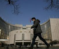 UPDATE 1-PBOC considers allowing local commercial banks in offshore yuan market