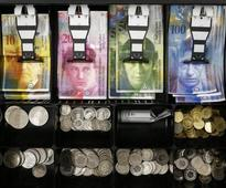 Euro falls; strong dollar weighs on oil