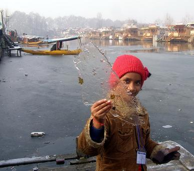 Fringes of Dal lake freeze as cold wave grips Kashmir