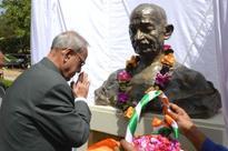 President Pranab Mukherjee paying tributes to Mahatma Gandhi at University of Papa New Guinea