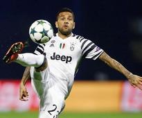 Juventus defender Alves fractures leg