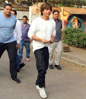 Shah Rukh at Nikhil Dwivedi's father's funeral