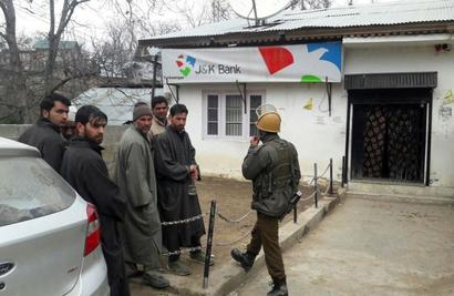 Suspected terrorists loot Rs 2-3 lakh from bank in Shopian