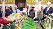 US mayors, delegates pay respects at Mahim Dargah