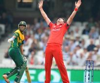 Bowlers take England to final, SA 'choke' again
