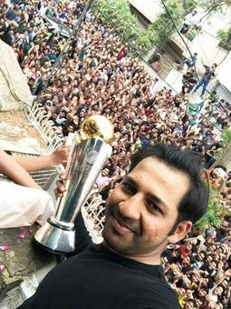Pak captain Sarfraz Ahmed swarmed by fans as he gets hero's welcome