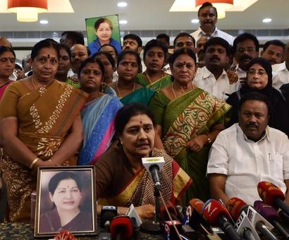Sasikala presents MLAs before journalists, claims they are free and united