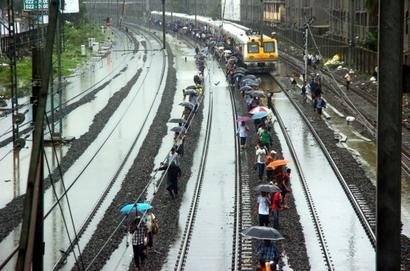 BMC, railways begin checks so that you don't have to walk the tracks like this