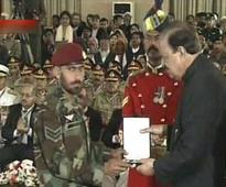 President grants awards to military men
