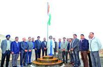 Pr Comm I-Tax unfurls National Flag at Aayakar Bhawan