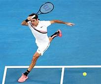 Federer dazzles, Wawrinka wins on return