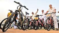 Yuva Sena gift to Mumbai's dabbawalas will keep knee pain at bay