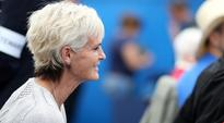 Judy Murray hands out hot drinks to chilly Wimbledon queuers