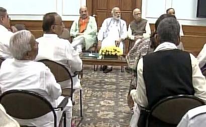 PM's power brekkie with Advani, home-state MPs