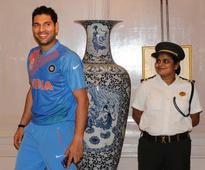 Video: Mahendra Singh Dhoni welcomes Manchester United into the Gulf family