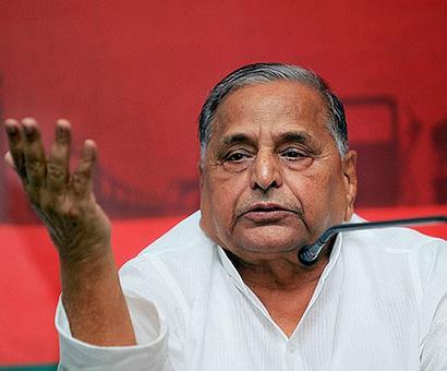 Mulayam attends dinner hosted by UP CM for PM; Akhilesh, Mayawati skips