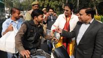 Transport officials do a Munnabhai, offer flowers to traffic violators in Noida