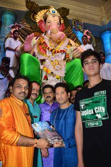 PHOTOS: Sachin Tendulkar offers prayers at Lalbaugcha Raja