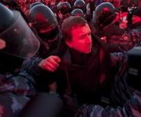 Ukraine police give protesters deadline, ministers urge calm
