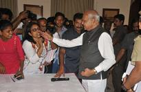 TN Governor apologises to woman journalist for patting her cheek