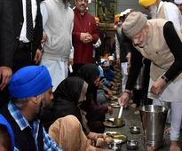 Amritsar: Narendra Modi serves langar at Harmandir Sahib, first PM to do so