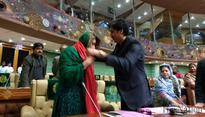 PML-F MPA Nusrat Sahar Abbasi forgives Imdad Pitafi after he drapes ...