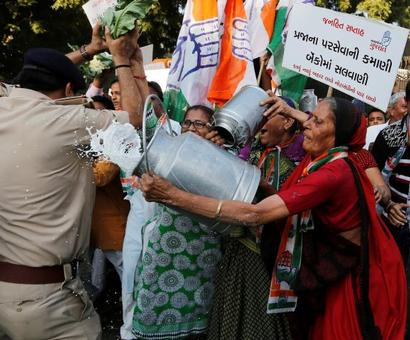 Opposition takes on Modi over note ban outside Parliament too