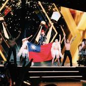 Madonna waves Taiwan national flag
