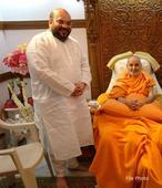 Shah, Jaitley, Gandhis, Priti Patel, Smriti, Ahmed Patel, Ramdev, Jitu Vaghani pay tribute to Pramukh Swami