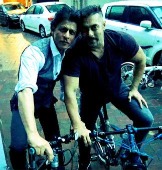 Shah Rukh, Salman go cycling together!