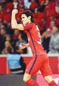 Cavani blasts PSG past Lille