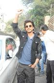 Photos: Shah Rukh Khan's Train Ride Turns Violent; Stampede Leaves Fans Bleeding to Death!