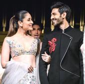 Ooh La La! Kartik Aaryan makes Kareena Kapoor BLUSH hard (watch video)