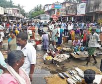 Unhygienic conditions at Nellimoodu market: Vendors protest by selling fish on road