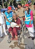 Police give VVIP treat for orphans, old age devotees