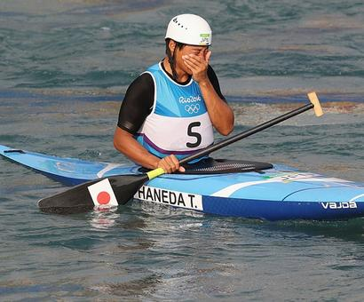 Straight out of the movies! Canoeist spikes rival's drink...