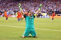 Man City sign goalkeeper Bravo from Barcelona