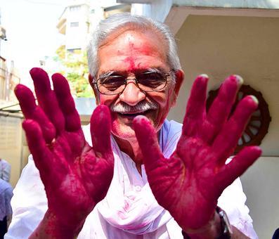 PIX: Gulzar celebrates Holi with Raakhee
