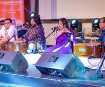 Review: Roopkumar and Sonali Rathod charm Dubai with evergreen music