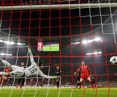 PHOTOS: Bayern thrash PSG; Barcelona, United win