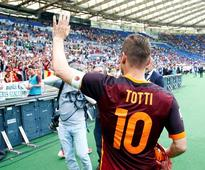 Fans rally round Totti as Roma move up to seco... AS Roma's Francesco Totti celebrates at the end of the match. REUTERS/To...